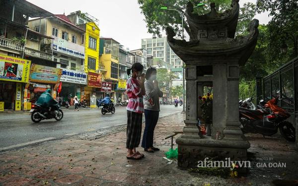 Sĩ tử Hà Nội cùng phụ huynh đội mưa đi lễ cầu may trước ngày thi vào lớp 10