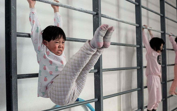 """Cuộc chạy đua của các phụ huynh Trung Quốc: Luyện con thành """"gà nòi"""" để cao hơn, giỏi hơn, mạnh hơn và những vòng luẩn quẩn không hồi kết"""