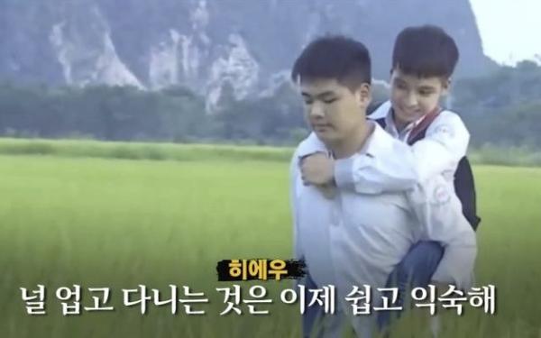 Đài truyền hình Hàn Quốc đưa tin về đôi bạn 10 năm cõng nhau đi học Nguyễn Tất Minh và Ngô Minh Hiếu
