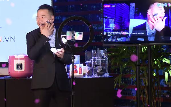 """Ai rồi cũng livestream thôi: Shark Bình quảng cáo phấn nền, Shark Phú bán nồi """"chuẩn cơm mẹ nấu"""""""
