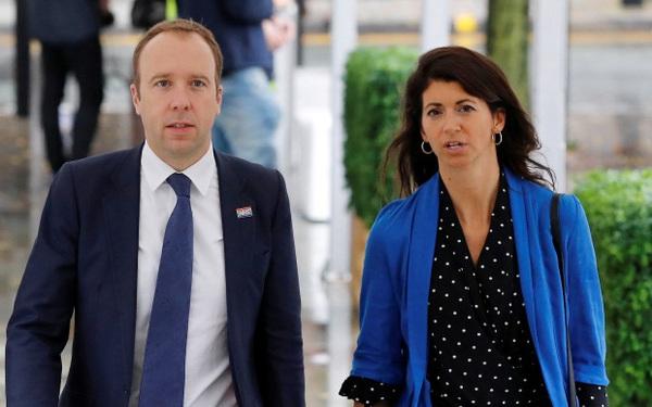 Từ chức sau bê bối ngoại tình, cựu Bộ trưởng Y tế Anh chính thức dọn về ở chung với nữ trợ lý