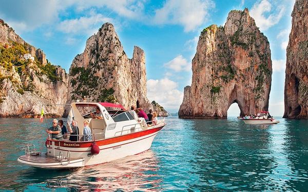 """Choáng ngợp Capri – hòn đảo """"không Covid-19"""" ở châu Âu, điểm nghỉ dưỡng siêu cao cấp của người giàu trời Tây"""