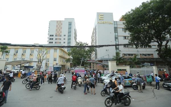 Hà Nội: Dòng người chen chân đến Bệnh viện E chờ tiêm phòng vắc xin Covid-19