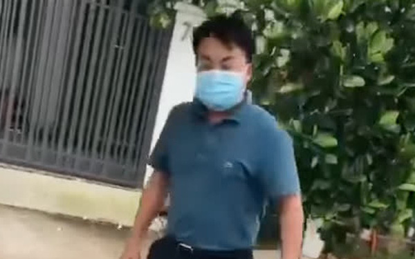 Công an vào cuộc xác minh vụ người đàn ông đạp đổ bàn xét nghiệm của nhân viên y tế ở TP. HCM