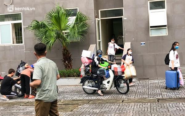 Hà Nội: Hàng trăm sinh viên KTX Mỹ Đình 2 đội mưa chuyển đồ, nhường chỗ cho khu cách ly Covid-19