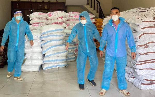 MC Quyền Linh mang dép tổ ong, vai vác gạo hỗ trợ tuyến đầu chống dịch