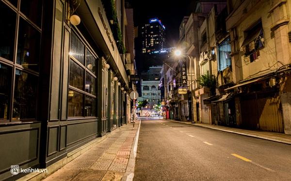 Ảnh: Đường phố Sài Gòn sau 18h vắng lặng như thế nào?
