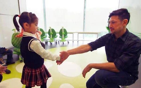 Giới siêu giàu cho con học gì: 4 tuổi tập phê duyệt hợp đồng, bỏ cả nghìn USD để biết cách bắt tay cho chuẩn