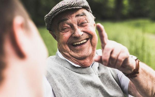 Lấy lại động lực sống giữa thời buổi khó khăn bằng 10 thói quen chăm sóc bản thân không tốn 1 xu: Cuộc sống là một tấm gương; bạn cười với nó và nó sẽ cười lại với bạn