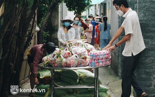 Vay ngân hàng để xây dãy trọ nhưng anh chủ vẫn giảm tiền thuê, còn mua tặng thực phẩm cho bà con nghèo ở Sài Gòn