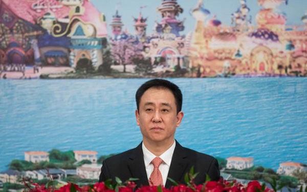 """Ông trùm bất động sản Trung Quốc: Từ trẻ mồ côi vươn lên thành tỷ phú giàu nhất nước, giờ lại phải đối mặt khoản nợ hơn 300 tỷ USD, đế chế dày công xây dựng rơi vào cảnh """"ngàn cân treo sợi tóc"""""""
