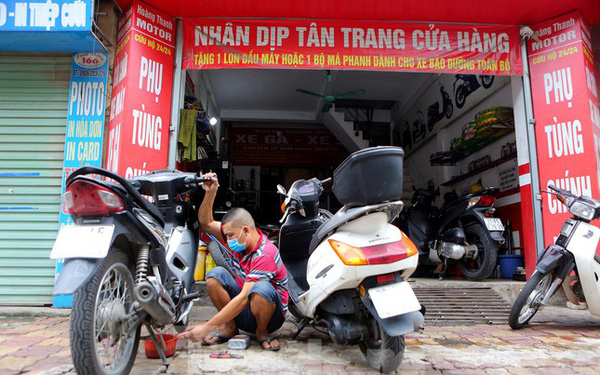 Hà Nội: Dịch vụ sửa xe và điện lạnh đắt khách ngay khi hoạt động trở lại ở vùng xanh