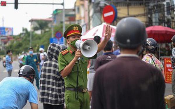Hà Nội vẫn kiểm soát giấy đi đường trong khi chờ chỉ đạo từ thành phố