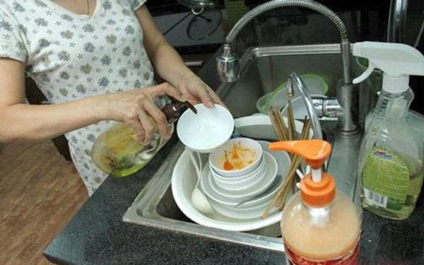 """Rửa bát sai cách không khác gì """"nuôi"""" cả ổ vi khuẩn trong nhà, ăn vào miệng là tự đầu độc bản thân: Chị em cần nhớ kỹ 5 sai lầm sau"""