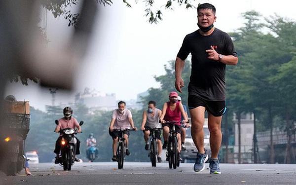 Hà Nội vừa nới lỏng giãn cách, người dân kéo nhau đi tập thể dục, chạy bộ, đạp xe