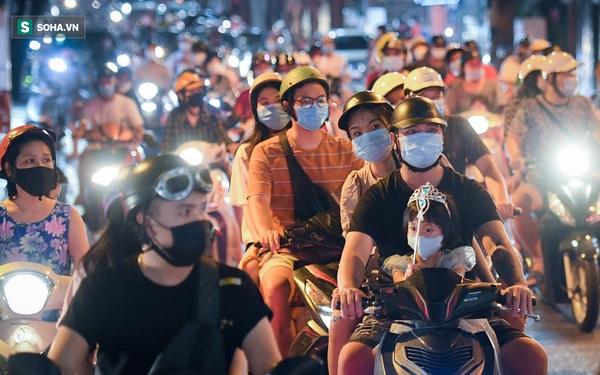 Người Hà Nội đổ ra chật đường trong ngày đầu nới lỏng giãn cách: Tại sao người ta thích ra đường giữa đại dịch?