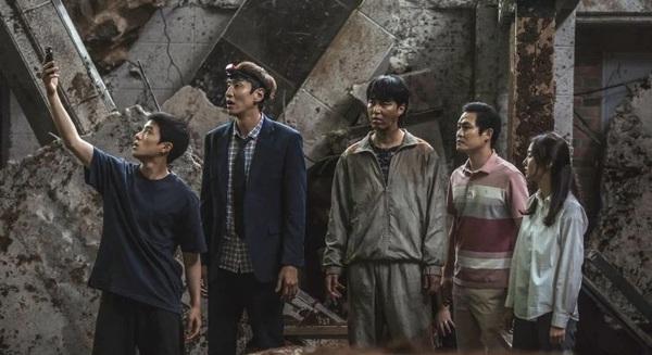 """Bộ phim """"Sinkhole"""" vén màn bi kịch sở hữu nhà ở của người trẻ Hàn Quốc: Giá khu bình dân tăng cao hơn khu nhà giàu, phân hoá giàu nghèo ngày càng sâu sắc"""