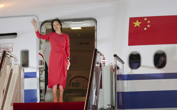 Trung Quốc đón 'công chúa Huawei' như một vị anh hùng: Toà nhà cao nhất thắp sáng dòng chữ 'chào mừng trở về nhà', đài truyền hình livestream quá trình hạ cánh
