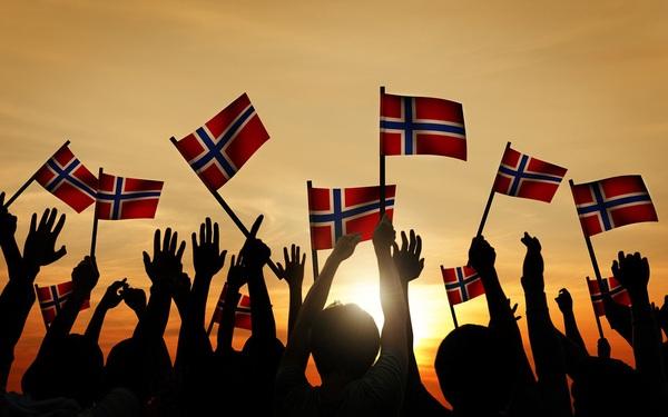 Na Uy rơi vào hỗn loạn vì chính phủ bất ngờ mở cửa không có kế hoạch, dân chúng đổ ra đường ăn mừng và... đánh nhau
