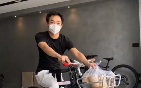 Không chọn siêu xe, Nguyễn Quốc Cường lại 'thồ' trà sữa bằng xe đạp, một chi tiết trên thân xe bất ngờ gây chú ý