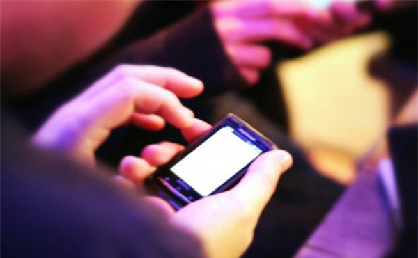 """Vì sao Facebook ép các kỹ sư xài smartphone """"lởm""""?"""
