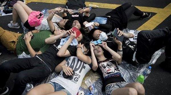 Không Internet, sóng điện thoại: SV Hong Kong biểu tình kết nối nhau như thế nào?