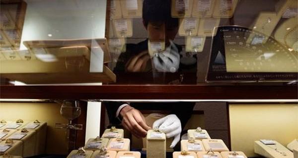Người Nhật ồ ạt mang kim cương đi bán