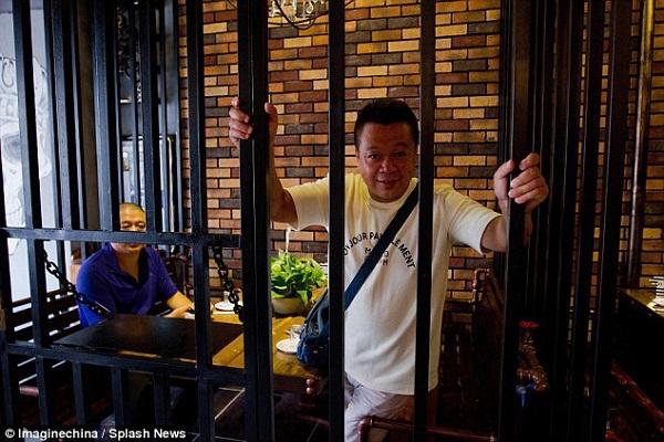 Nhà hàng mô phỏng nhà tù hút khách tại Trung Quốc
