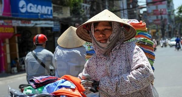 Dân lao động oằn mình trong cái nắng đổ lửa 40 độ C ở Thủ đô