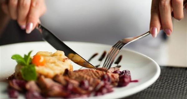 Dùng dao, nĩa như thế nào mới đúng điệu?