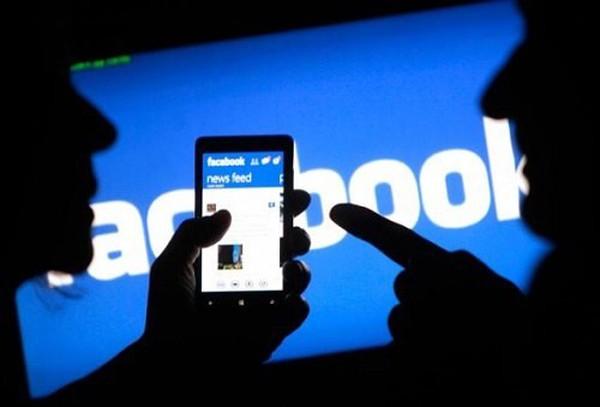 """Chúng ta đang bị Apple, Facebook, Microsoft và Google """"bán như rau"""""""