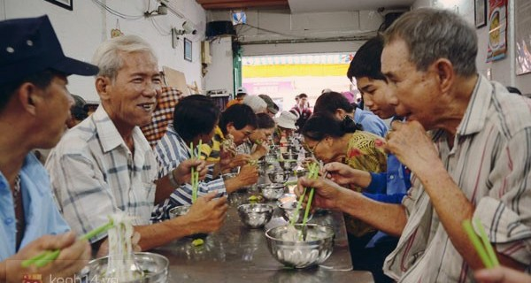 Ngày thứ 5 hạnh phúc của người nghèo ở Sài Gòn với tô phở 1.000 đồng