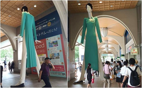 Vì sao cô búp bê mặc áo dài tiếp viên Vietnam Airlines tại Nhật lại có dáng đứng kì lạ?