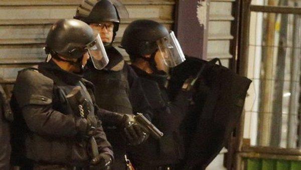 Đấu súng gần Paris, người dân được yêu cầu ở yên trong nhà
