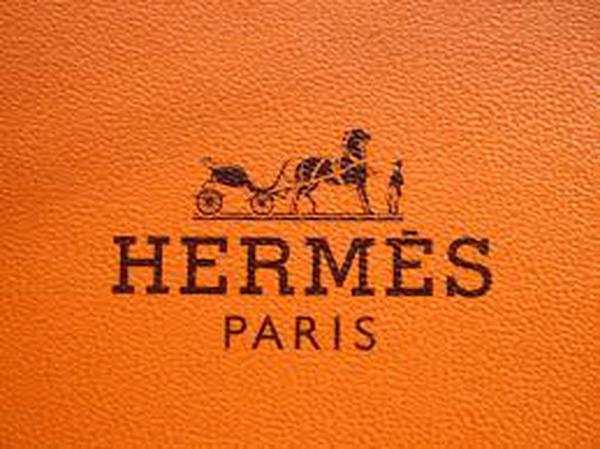 """Cận cảnh quy trình sản xuất những chiếc cà vạt """"huyền thoại"""" của Hermès"""