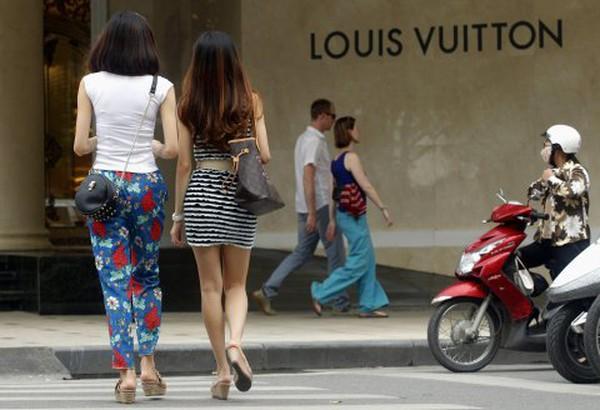 Nghịch lý ngành công nghiệp hàng hiệu: Giáo hoàng không mặc đồ Prada