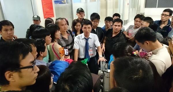 Náo loạn vì trễ chuyến tại sân bay Tân Sơn Nhất: Do hãng bán vé overbook