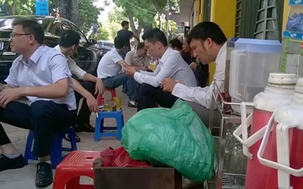 Hà Nội nắng như đổ lửa, dịch vụ ăn theo hốt bạc