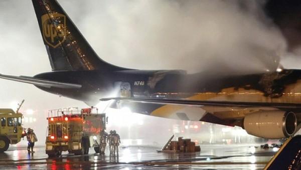 Tại sao Mỹ cấm mang pin dự phòng trong hành lý ký gửi khi đi máy bay?