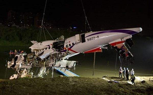 """""""Máy bay Đài Loan rơi vì phi công tắt nhầm động cơ"""""""