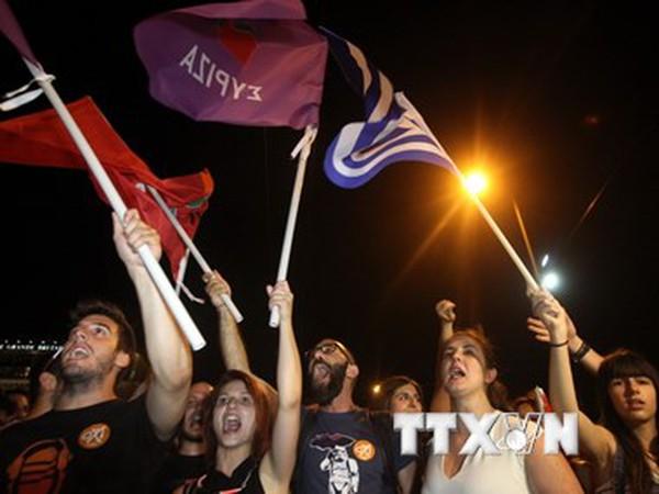 Ngân hàng Hy Lạp đóng cửa, doanh nghiệp trả lương bằng tiền mặt