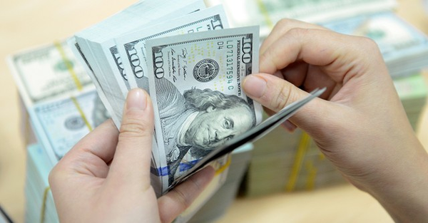 """USD """"chợ đen"""" đắt hơn cả trăm đồng so với ngân hàng"""