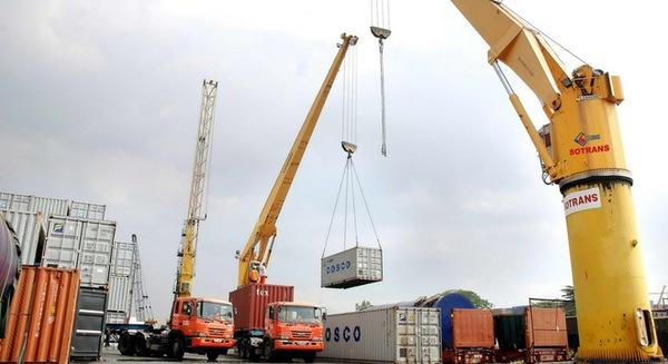 Giá dầu giảm mạnh, Việt Nam nhập siêu trở lại