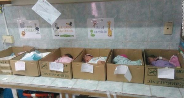 Khủng hoảng tột độ, Venezuela phải đặt trẻ sơ sinh trong các hộp các tông