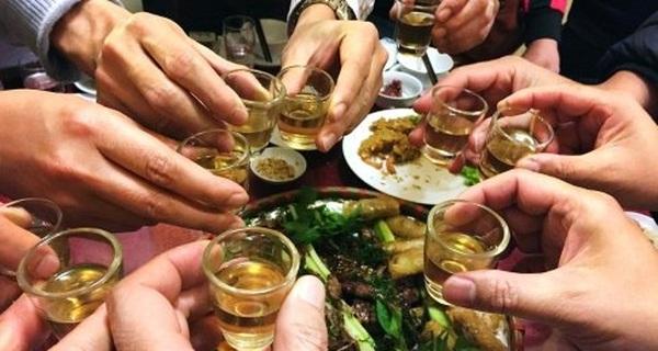 Rượu bia, thuốc lá kéo lùi thanh niên Việt Nam