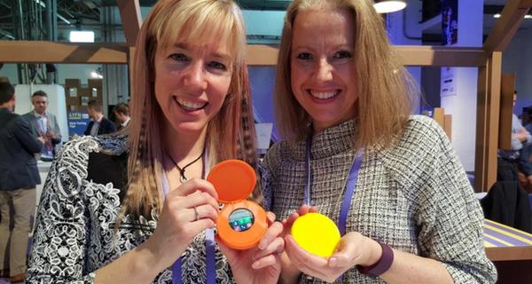 Quá chán ngán với điện thoại ngày nay, hai bà mẹ này đã tự tạo ra một chiếc smartphone dành riêng cho chị em phụ nữ