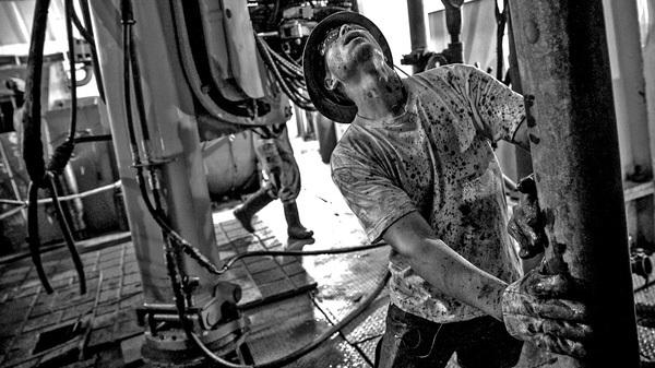 [Kinh tế học qua video] Vì sao giá dầu giảm?