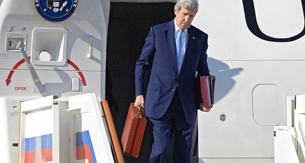 """Chiếc cặp của Ngoại trưởng Mỹ khiến Tổng thống Putin """"bối rối"""""""