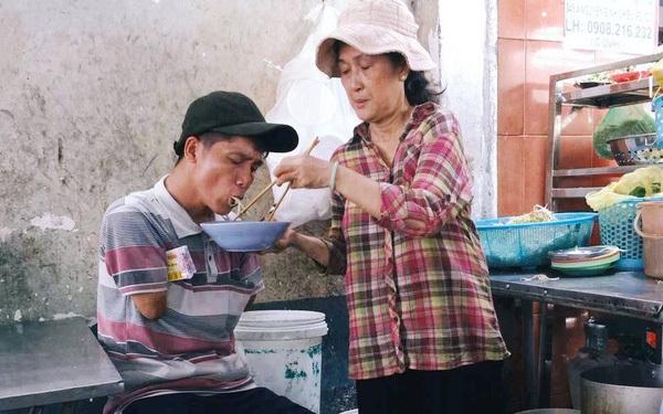 Khoảnh khắc đẹp ở Sài Gòn: Cô chủ quán đút từng miếng bún cho anh bán vé số cụt hai tay