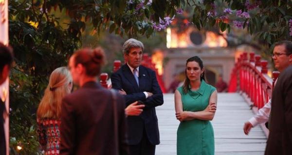 Ngoại trưởng John Kerry đi dạo khu vực hồ Gươm